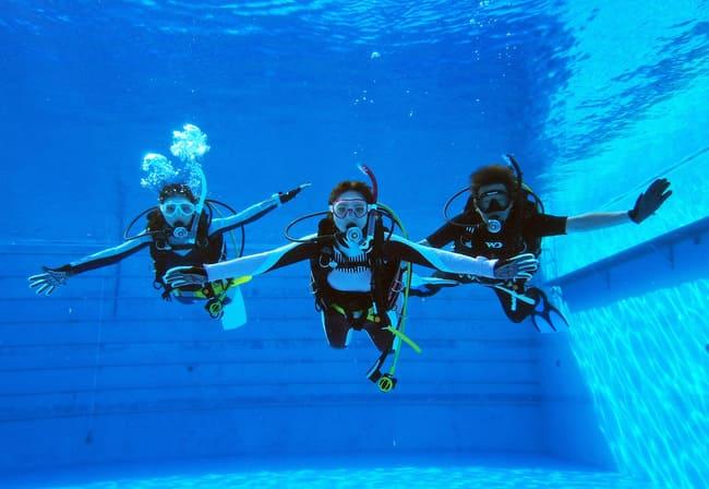 プールで体験ダイビング